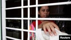 Seorang PRT asal Indonesia tengah membersihkan rumah majikannya di Kuala Lumpur (Foto: dok). Kepolisian Malaysia menangkap seorang PRT asal Indonesia karena menaiaya seorang bayi berusia empat bulan, Senin (18/2).