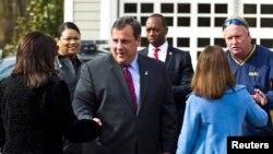 Gubernur New Jersey Chris Christie menyapa para pendukungnya saat meninggalkan tempat pemilihan suara di Mendham Township (5/11). (Reuters/Eduardo Munoz)