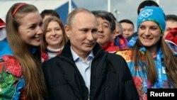 Tổng thống Nga Vladimir Putin và Thị trưởng Làng Olympic Elena Isinbaeva (phải) thăm Làng Olympic trước Thế vận hội mùa đông Sochi, ngày 5/2/2014.