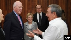 Президент Кубы Рауль Кастро (справа в белой сорочке), сенаторы Патрик Лихи (слева) и Ричард Шелби.