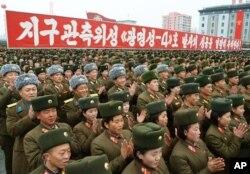 Bắc Triều Tiên ăn mừng vụ phóng phi đạn. Những năm gần đây, sự ủng hộ ở Nam Triều Tiên cho Chính sách Ánh dương đã giảm đi rất nhiều vì Bắc Triều Tiên tiếp tục theo đuổi vũ khí hạt nhân và không ngớt có những hành vi gây hấn.