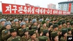 북한 평양의 김일성 광장에서 '인공위성 발사 성공' 축하대회가 열린 가운데 '지구관측위성 광명성 4호 발사 성공을 열렬히 축하한다'고 쓰인 플랜카드가 걸려있다.