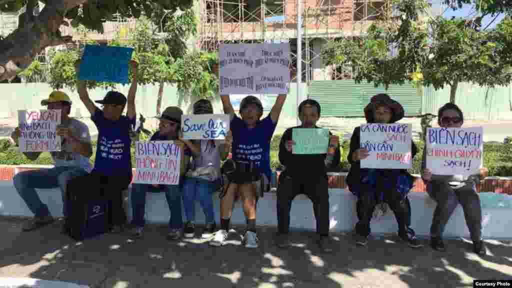 """Người biểu tình cầm các biểu ngữ như """"Yêu cầu minh bạch thông tin Formosa"""", """"Biển sạch, chính quyền sạch!"""", """"Vì cá, vì nước, cả nước xuống đường"""" hay """"Trả cho tôi cá và biển sạch""""."""