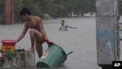 Poplavljene ulice u gradiću Kezon, severno od Manile