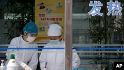 Nurses collect patients' blood samples at a specialized fever clinic inside the Ditan Hospital, where a Chinese girl is being treated for the H7N9 strain of bird flu, in Beijing, April 14, 2013.