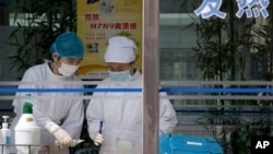 4月14日,在北京地壇醫院的護士替一名感染H7N9禽流感的女童抽取血液樣本進行檢驗。