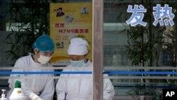 在北京一家医院的高烧门诊部,护士正收集病人的血液样品(资料图片)