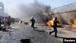 Nasiriye kentinde Pazar günü düzenlenen bombalı saldırıda olay yerine koşan polisler