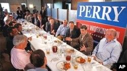 Guverner Texasa Rick Perry u razgovoru sa svojim glasačima