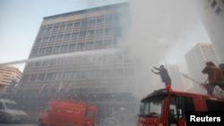 Lính cứu hoả dập lửa tại khách sạn Duroy sau khi xảy ra một vụ tấn công bom ở Raouche, miền tây Beirut, 25/6/2014