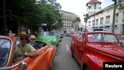 遊客在古巴首都哈瓦那