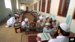 Foto anak-anak Pakistan belajar Alquran di sebuah sekolah agama di Lahore, Pakistan. Tidak ada keterangan kapan foto ini diambil. (Foto:dok)