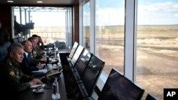"""Президент Росії Володимир Путін, другий ліворуч, відвідує тренувальний майданчик """"Телемба"""", приблизно за 80 кілометрів на північ від міста Чіта, під час військових навчань """"Восток-2018"""" у Східному Сибіру, Росія, у четвер, 13 вересня 2018 року. Російський міністр оборони Сергій Шойгу - ліворуч."""
