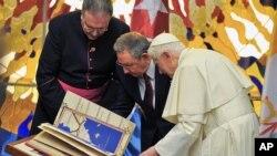 Ðức Giáo Hoàng đã gặp Chủ tịch Cuba Raul Castro (giữa) tại Havana