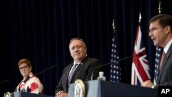 在美国国务院举行的记者会上,澳大利亚外长佩恩与美国国务卿蓬佩奥听着美国国防部长埃斯珀讲话。(2020年7月28日)