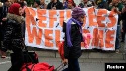 Những người di cư được chào đón khi họ đến nhà ga xe lửa chính ở Dortmund, Đức, ngày 6/9/2015.
