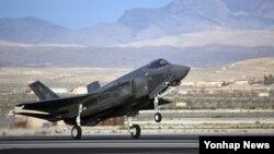 미국 텍사스주 포트워스 소재 록히드마틴 F-35 공장에서 갓 제작된 F-35A가 시험비행하는 모습. (자료사진)