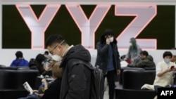 加拿大多伦多皮尔逊机场的旅客有不少戴着防疫口罩。(2020年1月26日)