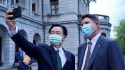 Міністр закордонних справ Тайваню Джзеф Ву з заступником держсекретаря США з питань економічного зростання, енергетики і навколишнього середовища Кітом Краком