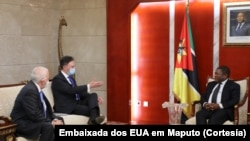 Embaixador Nathan A. Sales (dir), Embaixador Dennis W. Hearne (esq) com Presidente Filipe Nyusi, em Maputo.