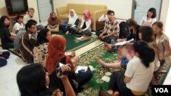 Para peserta pertukaran pelajar pluralisme dan keberagaman budaya saat berdiskusi dengan Alisa Wahid (berkerudung coklat) di Yogyakarta (foto: dok).