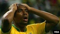 Robinho memutuskan bergabung dengan AC Milan pada hari terakhir transfer. Di AC Milan, ia akan bermain bersama rekan senegaranya Ronaldinho.
