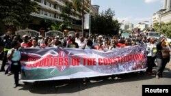 Các thành viên của liên minh cầm quyền Kenya Jubilee mang biểu ngữ khi tuần hành dưới sự hỗ trợ của Ủy ban Ranh giới và Bầu cử Độc lập (IEBC) trước cuộc bầu cử năm tới tại Nairobi, Kenya, ngày 8 tháng 6 năm 2016.