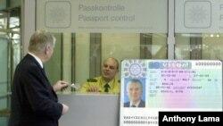 Polisi perbatasan Jerman memeriksa paspor di Bandara Berlin Tegel, Jerman. (Foto: dok).