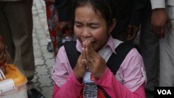 An identified land eviction victim, from Koh Kong province, prays during a rally to submit a petition to the European Union in Cambodia, Thursday, August 04, 2016. (Photo: Leng Len/VOA Khmer)