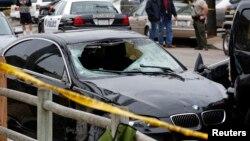 Mobil terduga penembak di sebuah tempat kejadian perkara penembakan di Isla Vista, Santa Barbara (24/5). (Reuters/Jonathan Alcorn)