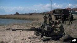 Ukrajinski vojnici razmeštaju oružje na obali Azovskog mora