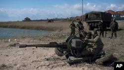 Binh sĩ Ukraine triển khai vũ khí ở bãi biển Azov, Shyrokyne, miền đông Ukraine, 15/4/2015.