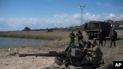 Украинские военнослужащие на позиции на побережье Азовского моря. Апрель 2015.