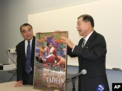 袁健生致赠台湾龙舟海报给学生,由该校国际关系学院赵全胜教授代表接受