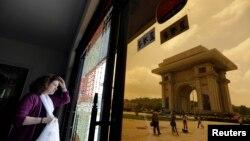 지난 7월 평양을 방문한 외국인 관광객이 개선문 인근 기념품 가게에서 밖을 내다보고 있다.