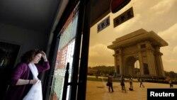 지난해 7월 평양을 방문한 외국인 관광객이 개선문 인근 기념품 가게에서 밖을 내다보고 있다.
