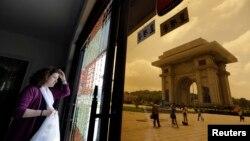 지난 2013년 7월 평양을 방문한 외국인 관광객이 개선문 인근 기념품 가게에서 밖을 내다보고 있다. (자료사진)