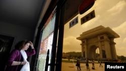 지난해 7월 평양을 방문한 외국인 관광객이 개선문 인근 기념품 가게에서 밖을 내다보고 있다. (자료사진)