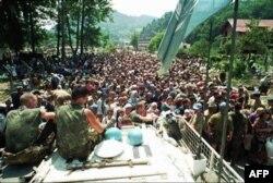 Hollanda askerleri Boşnakları Sırplara teslim ederken
