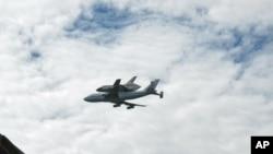 发现号航天飞机飞越美国之音总部大楼
