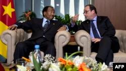FILE - French president Francois Hollande (R) talks to Cameroon's president Paul Biya, on November 30, 2014, in Dakar, as part of the 15th International Organization of French-Speakers (Francophonie) summit.