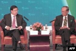 龙永图(左)和拉莫斯(右)在新闻发布会上