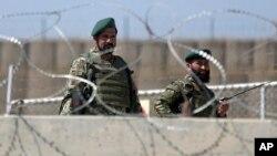 Vojnici avganistanske Nacionalne armije čuvaju stražu u kampu Karga, zapadno od Kabula, 5. avgust 2014.