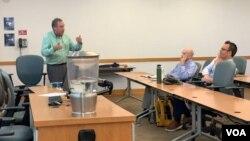Investigadores universitarios conversan sobre el cambio climático, en la Universidad Internacional de la Florida, el martes.