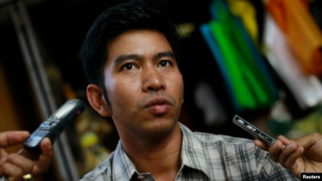 Political prisoner Kyaw Zin Min talks to reporters after his release in front of Insein prison in Rangoon, Burma, Apr. 23, 2013.