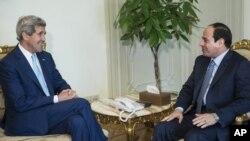 Waziri wa mambo ya nchi za nje wa Marekani John Kerry, (kushoto), akizungumza na Rais wa Misri Abdel Fattah el-Sissi kabla ya mkutano wao katika ikulu ya rais Cairo, Misri, June 22, 2014.