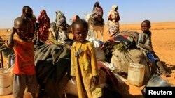 Des milliers de personnes, y compris des enfants, ont fui le Soudan en raison des affrontements entre les forces gouvernementales et les groupes armés d'opposition.
