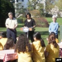 Мишель Обама (в центре)