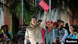 El presidente Maduro celebra la aprobación de la Ley Habilitante que le poderes para gobernar por decreto.
