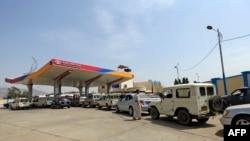 Para pengendara di Yaman antre untuk mengisi bensin di sebuah pom bensin di Ibu Kota Yaman, Sanaa, Kamis, 9 Juli 2020. (Foto: AFP)